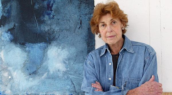 Helen Frankenthaler junto a su obra.